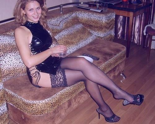 Девушка в чулках на диване фото